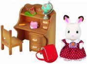 Sylvanian Families Nábytek chocolate králíků - sestra u psacího stolu se židlí